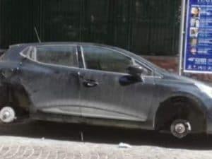 L'automobile dei turisti fiorentini, ritrovata senza più pneumatici. [Foto di Francesco Emilio Borrelli]