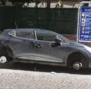 Vomero, turisti fiorentini parcheggiano l'auto e la trovano senza pneumatici