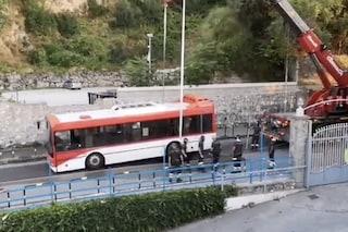 Castellammare, bus sprofonda in una voragine a pochi metri dalle spiagge, statale bloccata