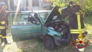 Auto sbanda e finisce contro un albero, conducente intrappolato e liberato dai Vigili del fuoco
