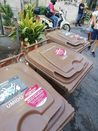 Caos rifiuti, spariti i cassonetti a Fuorigrotta. Sigilli Asìa sui bidoni dell'umido in mezza città