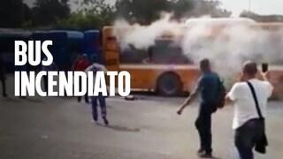 Autobus Ctp in fiamme nel deposito di Arzano: autista intossicato dal fumo
