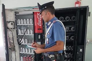 Entra a scuola di notte e ruba dai distributori automatici: arrestato ladro di merendine