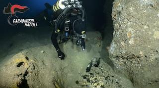 Nella Grotta Azzurra di Capri i turisti gettano rifiuti di ogni tipo, il video della vergogna