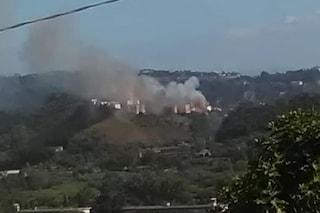Incendio ad Agnano, a fuoco il costone del cratere, le fiamme vicine alle case