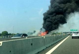Incendio sulla A30 Caserta-Salerno, grossa colonna di fumo nero nell'aria e 4 km di coda