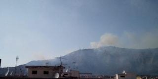 Napoli nella morsa degli incendi: ancora fiamme e fumo ai Camaldoli e a Pianura
