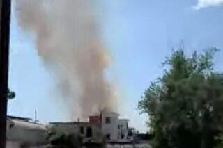 Vasto incendio a Capodichino, nube di fumo e fiamme verso le case