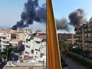 La colonna di fumo nero sprigionata dall'incendio, che ha reso in poco tempo l'aria irrespirabile a Melito di Napoli.