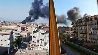 Incendio a Melito: bruciano tubi, fumo nero sulla città, aria irrespirabile
