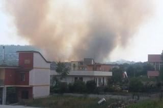 Vasto incendio a Pozzuoli, le fiamme lambiscono le case: in azione due elicotteri