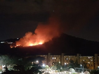 Pozzuoli, incendio sul Monte Gauro: fiamme alte e vicine alle abitazioni del Rione Toiano