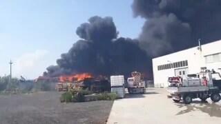 Incendio a Battipaglia, a fuoco balle di rifiuti: fumo nero sulla città, aria irrespirabile