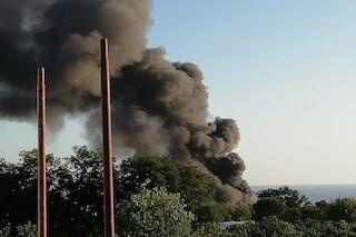 Torre del Greco, vasto incendio distrugge una serra: colonna di fumo denso e nero si alza in cielo