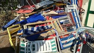 Ischia, spiaggia libera occupata da lettini e ombrelloni abusivi: centinaia di sequestri