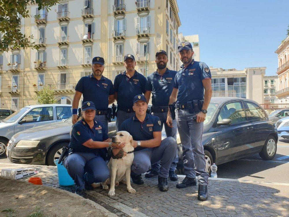 La Polizia con il Labrador salvato.