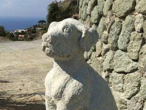 La statua per Nicoletta, la cagnolina che per dieci anni ha vegliato la tomba del padrone a Forio d'Ischia.