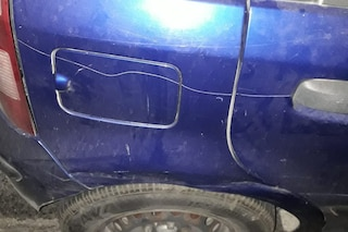 Non paga i 2 euro al parcheggiatore abusivo, al ritorno trova l'automobile danneggiata