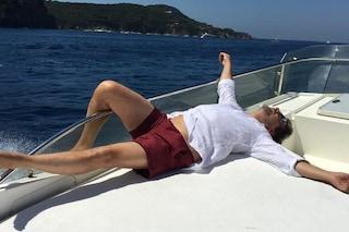 Leonardo Pieraccioni in vacanza a Ischia, relax sulla barca nel golfo di Napoli