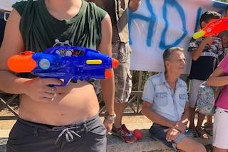 A Castel Volturno contestato Matteo Salvini, i manifestanti davanti alla caserma