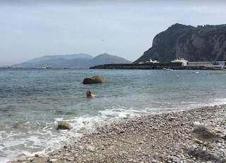 Capri, onde anomale sulla spiaggia di Marina Grande: cittadini presentano esposto contro motonavi