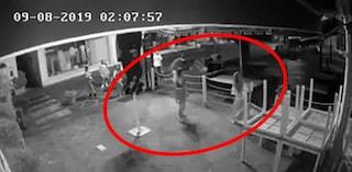 Baby vandale a Lacco Ameno (Ischia): rovesciano i tavoli del ristorante. Riprese dalle telecamere
