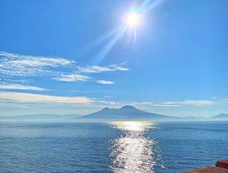 """La vista del Vesuvio da Palazzo Palladini di """"Un posto al sole"""" è spettacolare"""