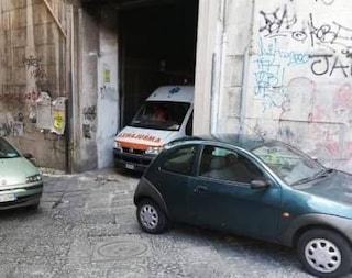 Napoli, ambulanza tampona auto in sosta: soccorritore preso a schiaffi da un passante