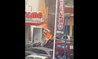 Paura a Bagnoli, auto in fiamme nel parcheggio del supermercato