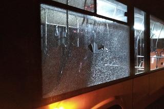 Sassi contro autobus nel rione Conocal, pietra sfonda il vetro e attraversa l'abitacolo