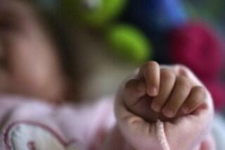 Ora tutti vogliono adottare la bimba senza madre che il papà non vuole più