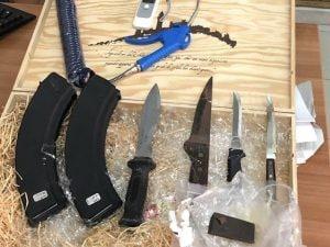 Il kalashnikov, le armi e la droga sequestrati a Qualiano, nel Napoletano, ad un uomo ritenuto vicino al clan Pianese.