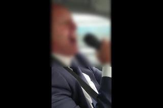 Becchino canta e ride mentre porta la bara in auto: il video scatena le polemiche in Rete