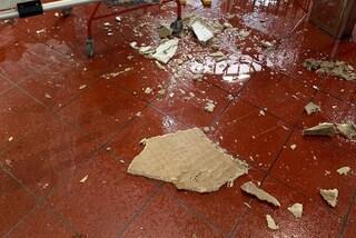 Maltempo a Napoli, nella funicolare di Chiaia crollano pezzi di soffitto