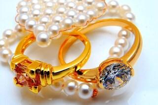 Telese Terme, vende i gioielli di famiglia al compro oro e finge una rapina in casa