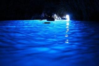 Turisti si tuffano nella Grotta Azzurra di Capri, maxi multa da quasi 5mila euro