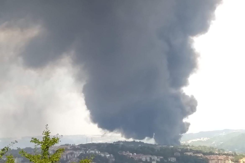 Fabbrica in fiamme, nube su Avellino