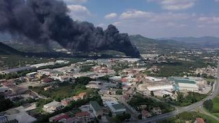 Incendio Avellino, a fuoco fabbrica di batterie: evacuata area. Aperta inchiesta