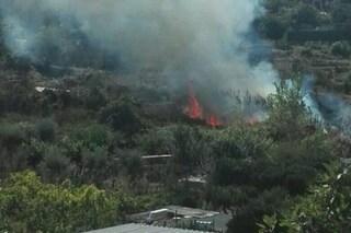 Incendio a Bacoli, fumo nero e puzza insopportabile