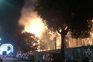 Bagnoli, i fuochi d'artificio della chiesa per l'Addolorata incendiano un albero