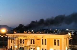 Incendio di pneumatici a Battipaglia: nube tossica sulla città. Chiusi negozi e scuole