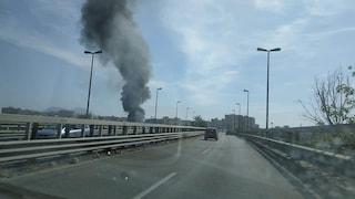 Incendio al campo rom di Scampia: nube di fumo nero su Napoli