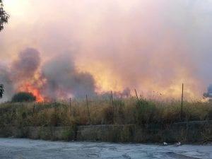 L'incendio nell'ex Cava Fiengo di Ercolano. [Foto da Facebook]