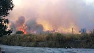 Incendio a Ercolano nell'ex Cava Fiengo, nube nera e aria irrespirabile nella città