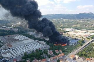 Incendio Avellino, la grossa nube nera è tossica. Dichiarato lo stato di emergenza