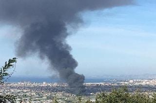 Incendio in un capannone a Sant'Antonio Abate, la colonna di fumo oscura il cielo