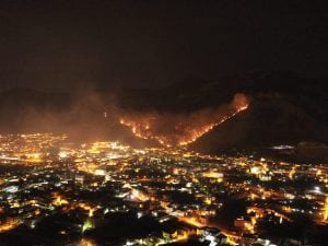 Le immagini dell'incendio a Sarno. [Foto / Fanpage.it]