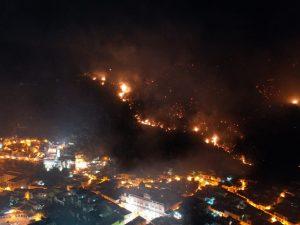 Le immagini dell'incendio a Sarno. [Foto / Fanpage.it]