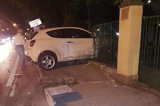 Monteforte Irpino, perde il controllo dell'auto e sfonda il cancello di un parco