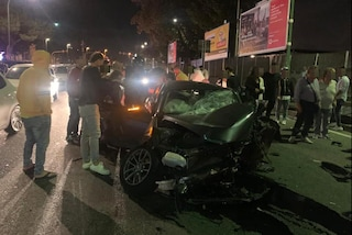 Incidente a piazzale Tecchio, auto si schianta sui paletti: quattro ragazzi ricoverati